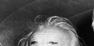 Albert Einstein sacando la lengua